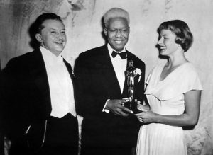 James Baskett recibe el Oscar de manos de Ingrid Bergman
