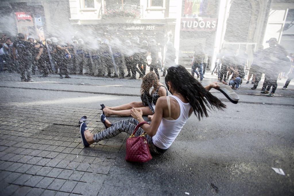Estambul, cañones de agua policiales para disolver a los activistas LGTBI, Foto: Reuters
